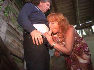 Rothaarige Bäuerin fickt in der Scheune für einen Preisnachlass