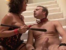 Reife dominante Frau will von dem devoten Typ gefickt werden