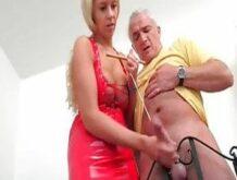 Deutsches Schwanz melken mit einer dominanten Blondine